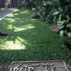 Photo taken at Taman Santap Rumah Kayu by Nata S. on 4/22/2015