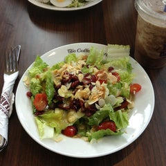 Photo taken at The Coffee Bean & Tea Leaf by Lanina L. on 3/12/2013