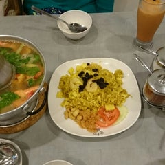 Photo taken at Porn's Sexy.Thai.Food by Carolina G. on 5/24/2014