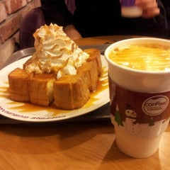 Photo taken at COFFINE GURUNARU by mingoo k. on 1/10/2013