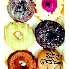 Photo taken at 크리스피크림도넛 / Krispy Kreme Doughnuts by Eunice K. on 3/19/2013