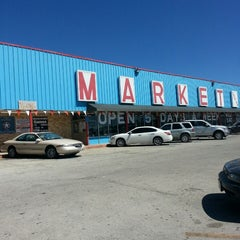 Photo taken at Eisenhauer flea market by Alisa Chaka M. on 10/3/2014