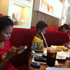 Photo taken at Pizza Hut by Yudi H. on 4/22/2014