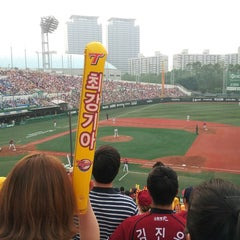 Photo taken at 목동야구장 (Mokdong Baseball Stadium) by Sunjeong Y. on 6/8/2013