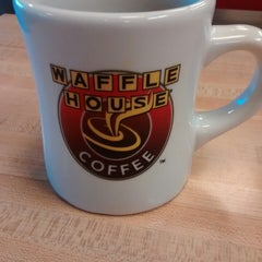 Photo taken at Waffle House by honyoka on 3/30/2015