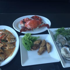 Photo taken at เกียง้วนภัตตาคาร มหาชัยซีฟู๊ด (Kia Nguan Restaurant Mahachai Seafood) by >EYELINER< on 10/10/2014