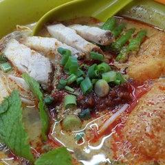 Photo taken at Kedai Makanan & Minuman USJ 2 (USJ 2 美食中心) by Anna Bella W. on 5/3/2015