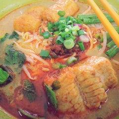 Photo taken at Kedai Makanan & Minuman USJ 2 (USJ 2 美食中心) by Isaac Y. on 5/13/2014