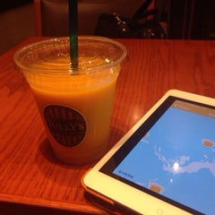 Photo taken at TULLY'S COFFEE 飯田橋ガーデンエアタワー店 by まさ・なち リ. on 10/1/2014