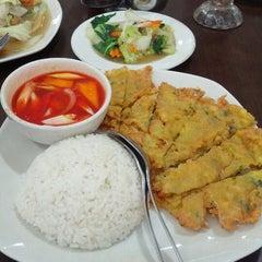 Photo taken at Waroeng Pinggiran by Danny L. on 11/25/2012