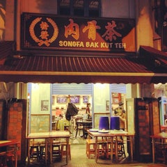 Photo taken at Song Fa Bak Kut Teh 松发肉骨茶 by dixson l. on 2/19/2013