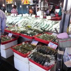 Photo taken at ตลาดทะเลไทย (Talaythai Market) by teball on 12/3/2013