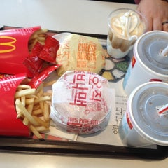 Photo taken at 맥도날드 (McDonald's) by Jewellen on 2/5/2014