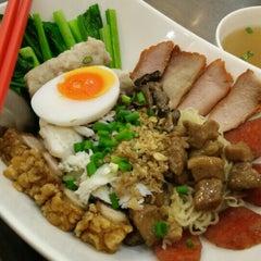 Photo taken at นายเม้งบะหมี่ปู เกี๊ยวกุ้งยักษ์ (Meng Noodle) by Jane W. on 5/17/2015