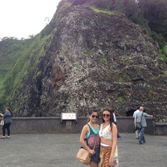 Photo taken at Nuʻuanu Pali Lookout by Caroline V. on 5/24/2013