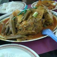 Photo taken at Restoran Kari Kepala Ikan Kampung Pandan by Bunz on 1/17/2013