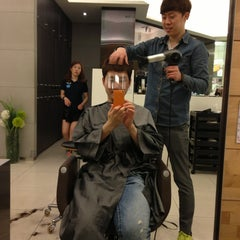 Photo taken at JUNO HAIR 준오헤어 by Hyunho S. on 5/31/2013