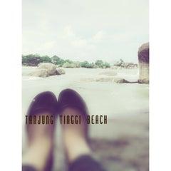 Das Foto wurde bei Tanjung Tinggi Beach von Lisa K. am 12/23/2013 aufgenommen