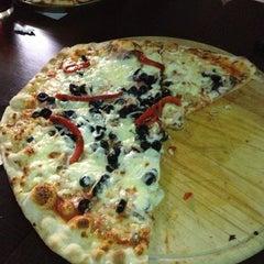 Foto tomada en Caprara Pizzeria por Analiz S. el 3/22/2013