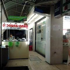Photo taken at ข้าวต้มกระดูกหมูพัฒนาการ by ประดิษฐ์ ส. on 11/25/2012