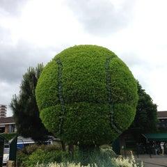 Das Foto wurde bei The All England Lawn Tennis Club von Harrison M. am 6/24/2013 aufgenommen