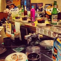Photo taken at Sushi Express 争鲜回转寿司 by Алексей С. on 5/22/2013
