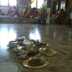 Photo taken at วัดเขาพุทธโคดม (Wat Khao Phutthakhodom) by Oui Y. on 6/16/2013