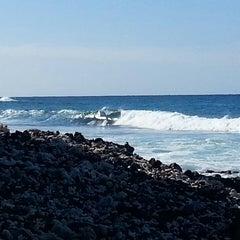 Photo taken at La'Aloa Bay Beach (White Sands Beach Park) by Betty L. on 2/7/2015