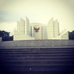 Photo taken at Monumen Perjuangan Rakyat Jawa Barat by Vabrieck B. on 1/17/2015