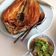 Photo taken at รับลม ซีฟู๊ด (Rub Lom Seafood) by Wanida S. on 11/19/2014