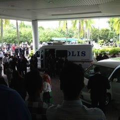 Photo taken at Mahkamah Tinggi Shah Alam by 👾FarRa L. on 11/7/2012