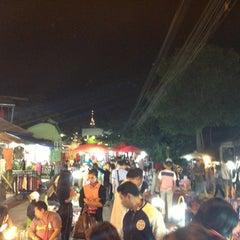 Photo taken at ถนนคนเดิน แม่ฮ่องสอน by Niran P. on 12/8/2012