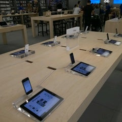Photo taken at Apple Store, Syracuse by Frank C. on 9/14/2012