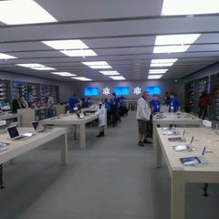 Photo taken at Apple Store, Syracuse by Frank C. on 9/30/2012