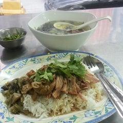 Photo taken at ขาหมูเมืองทอง by Haton P. on 9/18/2012