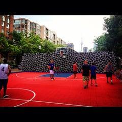 Foto tirada no(a) David Crombie Park Basketball Court por Ori T. em 6/3/2013