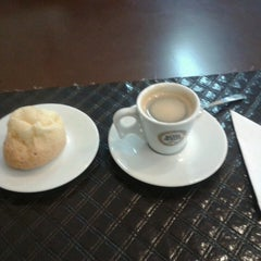Photo taken at D'Café Cafeteria by Rafael D. on 7/4/2013
