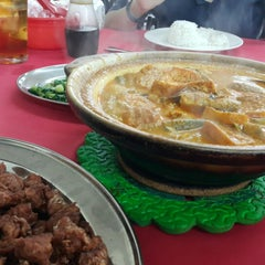 Photo taken at Ah Lye Curry Fish Head by Bel C. on 5/16/2015
