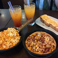 Photo taken at Pizza Hut by Chintia H. on 8/21/2014