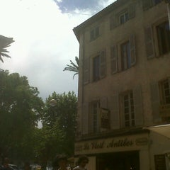 Photo taken at Le Clemenceau by christian f. on 5/6/2013