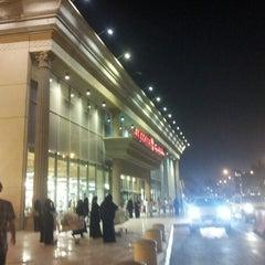 Photo taken at Jarir Bookstore | مكتبة جرير by يمان d. on 10/7/2013