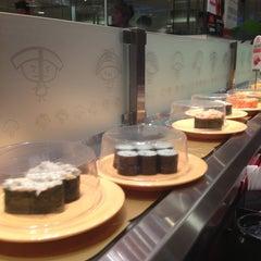 Photo taken at Sushi Express 争鲜回转寿司 by Ruslan N. on 12/26/2012