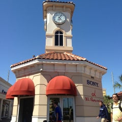 Photo taken at Orlando International Premium Outlets by Gabriel T. on 3/6/2013