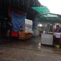 Photo taken at ตลาดคลองสาน (Khlong San Market) by Ploypapas J. on 10/2/2015