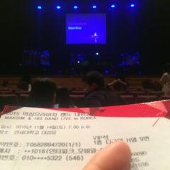 Photo taken at 연세대학교 대강당 (Yonsei University Main Auditorium) by Sole Mio o. on 11/14/2015