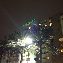 Photo taken at Courtyard Oakland Emeryville by Hans N. on 8/9/2013