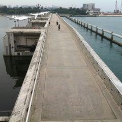 Photo taken at Marina Barrage by Chun Siang J. on 9/14/2012