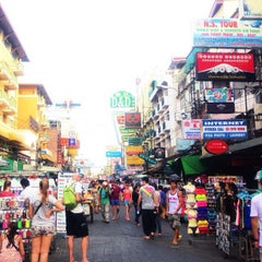 Photo taken at ถนนข้าวสาร (Khao San Road) by tinkerbell a. on 2/8/2013