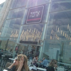 Photo taken at Aroma (ארומה) by Aleksey G. on 3/8/2013