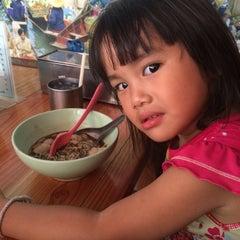 "Photo taken at ก๋วยเตี๋ยวเรือขึ้นบก ขนมปังเย็น by นังมารร้าย""KajiB""😈 on 4/23/2014"